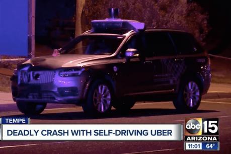 Selon Uber, la collision s'est produite «alors que le véhicule était en mode autonome» et qu'«une femme traversait en dehors des clous».  (Photo: ABC 15)