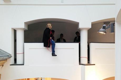 Corde au cou, la femme menaçait de se jeter du troisième étage du Palais de justice. (Photo: DR)