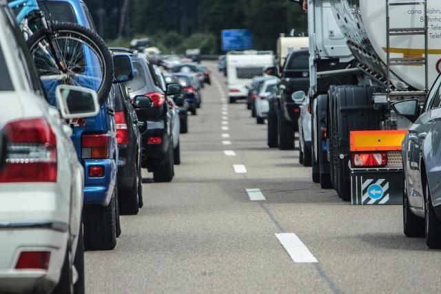 Pour fluidifier la circulation aux heures de pointe, les usagers de certains tronçons autoroutiers en Belgique ont tous accès à la bande d'arrêt d'urgence. (Photo: Licence C.C.)