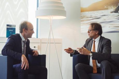 Luc Maquil (CEO de Kyctech, à gauche) en discussion avec Marc Stevens (CEO de OneLife, à droite). (Photo: Sébastien Goossens)
