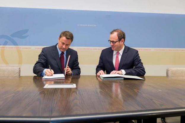 Le Premier ministre Xavier Bettel et Frédéric Genta, délégué interministériel pour la transition numérique monégasque, lors de la signature du partenariat. (Photo: SIP / Jean-Christophe Verhaegen)