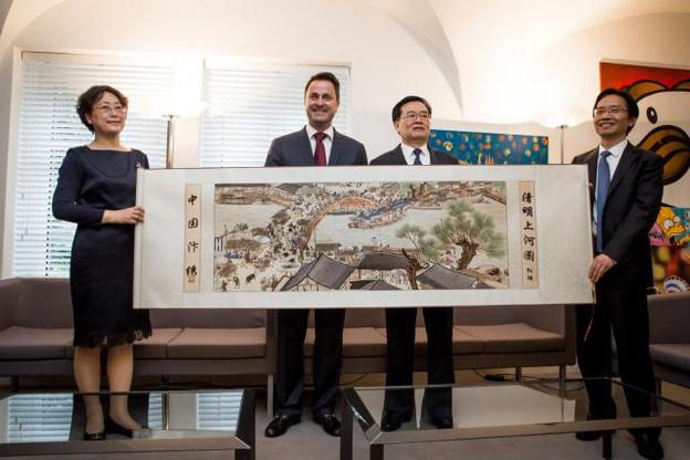Au-delà de l'échange traditionnel de cadeaux, la rencontre entre Xavier Bettel et Wang Guosheng a été l'occasion de renforcer les liens personnels avec les responsables chinois, très sensibles à cet aspect. (Photo: Maison Moderne)