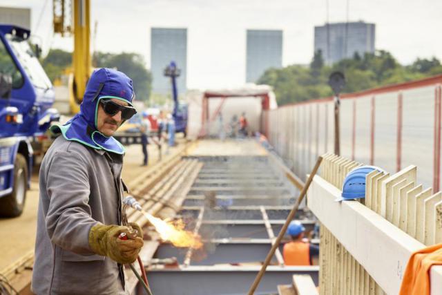 Les travaux de pose des rails sur le Pont Rouge se poursuivront au cours de l'été, rendant possible une prolongation du premier tronçon du tram à son inauguration au-delà du Kirchberg. (Photo: Romain Girtgen