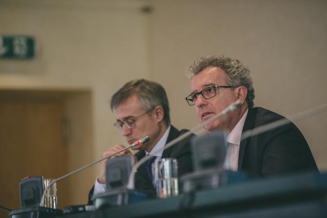 Félix Braz et Pierre Gramegna présentent des registres imposés par la directive DAC, mais pour lesquels le Luxembourg ne fera pas de zèle, limitant strictement l'accès des non-professionnels aux données. (Photo: Sven Becker / Archives)