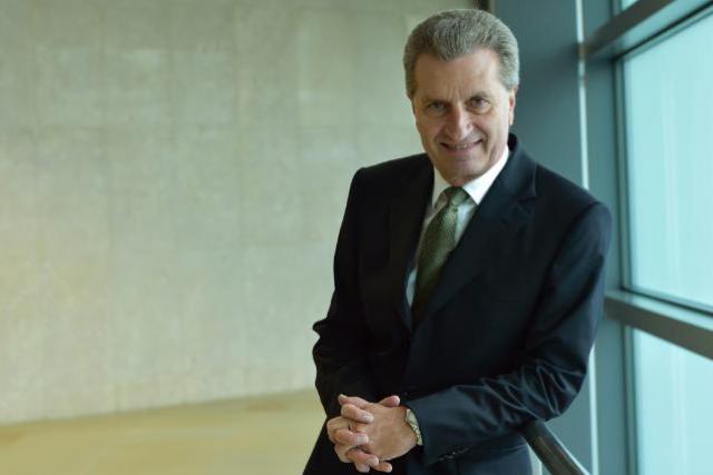 Le commissaire européen en charge de l'économie digitale a confirmé à Étienne Schneider l'arrivée de 130 fonctionnaires au Luxembourg. (Photo: Commission Européenne)