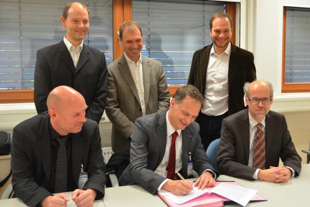 Les deux parties lors de la signature du contrat d'acquisition du microscope. (Photo: CRP Gabriel Lippmann)