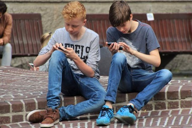 Selon le Pew Research Center, l'addiction au mobile a doublé en trois ans. Près de la moitié des adolescents américains estiment être «en permanence connectés au web». (Photo: Licence C.C.)