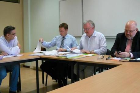 Pour aider les frontaliers, les syndicats CSC (à gauche, Pierre Conrotte) et LCGB collaborent, les administrations aussi. (photo: Cent par Trois/archives)