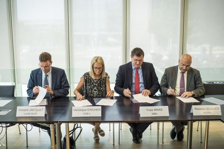 Les représentants syndicaux et le président de l'ABBL lors de la signature de l'avenant, le 22 juin dernier. (Photo: Mike Zenari / archives)