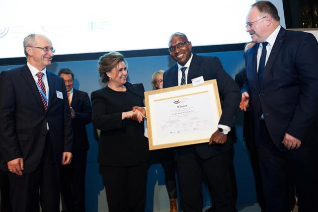 Michel Maquil, président du board d'InFine, la Grande-Duchesse de Luxembourg et le ministre Romain Schneider entourent Lamarana Sadio Diallo, CEO du Crédit rural de Guinée et lauréat 2015. (Photo: InFiNe)