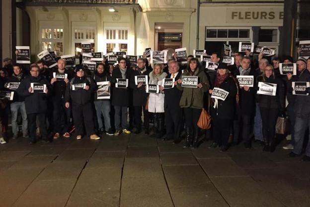 Mercredi soir, une centaine de personnes, dont de nombreux journalistes, s'était déjà rassemblée pour une première action de commémoration organisée spontanément via les réseaux sociaux. (Photo: Sven Becker)