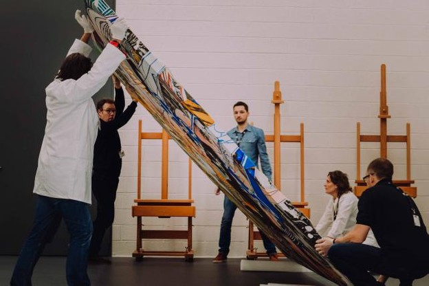 L'équipe de restauration au travail autour de l'œuvre de Frank Stella. (Photo : Nader Ghavami)
