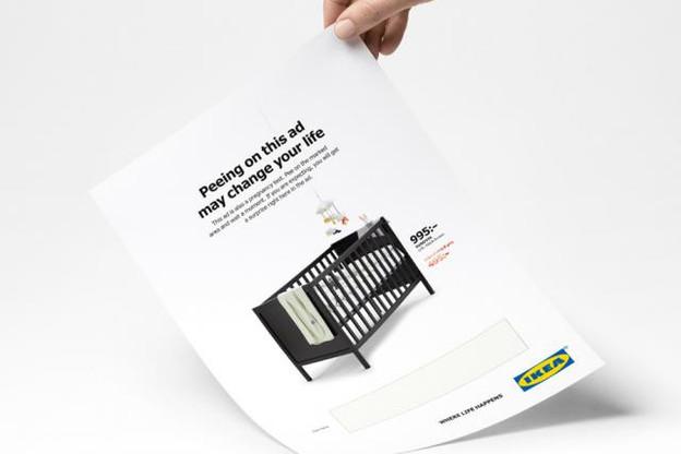 La marque de meubles la plus célèbre au monde surprend à nouveau ses consommateurs avec une publicité print qui se transforme en... test de grossesse! (Photo: Ikea)