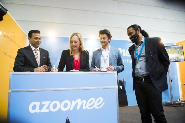 Warrick Cramer (CEO de Tomorrow Street) et Estelle Lloyd (cofondatrice de Azoomee), officialisent leur collaboration depuis Luxexpo The Box. (Photo: Anthony Dehez)