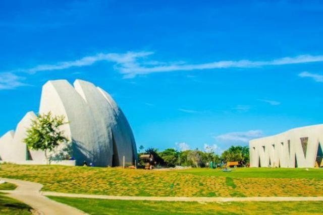Vue de l'auditorium à ciel ouvert et des salles de répétitions du Mozarteum Brasileiro Theatre. (Photo: Valentiny hvp architects)