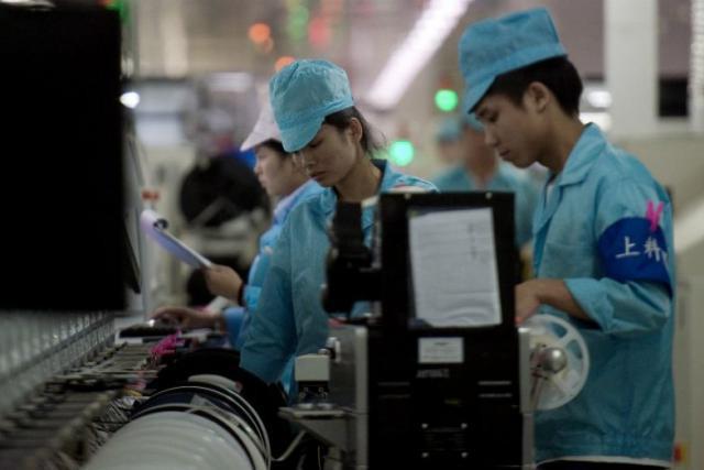 En Chine, des employés portent des casques ou des casquettes dans lesquels sont cachés des capteurs qui analysent leurs ondes cérébrales pendant qu'ils travaillent. (Photo: Nicolas Asfouri/AFP)