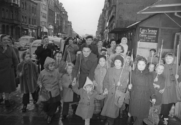 Children celebrating Liichtmëssdag on avenue de la Gare in 1952  Mey Théo/Ville de Luxembourg Photothèque archives