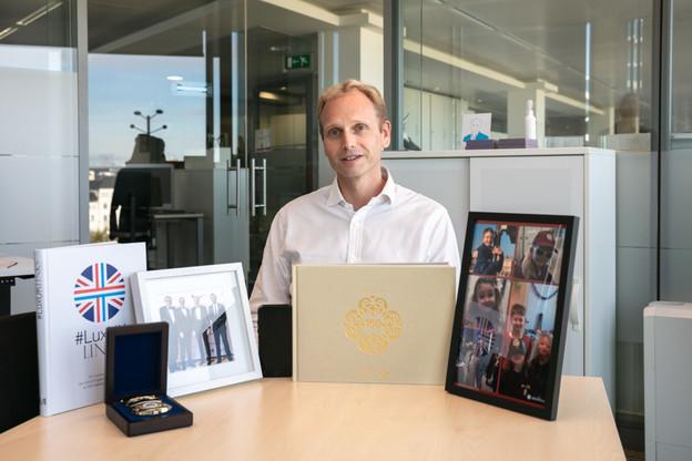 Niccolo Polli, CEO de HSBC au Luxembourg, assis à la table de réunion de son bureau avec six objets qui ornaient son espace de travail lors de la visite de Delano à la mi-octobre. (Photo: Romain Gamba/Maison Moderne)