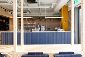 Sur le comptoir de la cantine, on retrouve le bleu qui sert de fil rouge dans l'aménagement intérieur. ((Photo: Patty Neu))