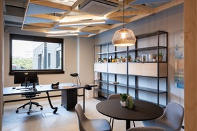 Dans les bureaux, les faux plafonds améliorent l'acoustique et intègrent les luminaires. ((Photo: Patty Neu))