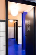 Dans les vestiaires, une résine bleu pétrole est déposée au sol. ((Photo: Patty Neu))