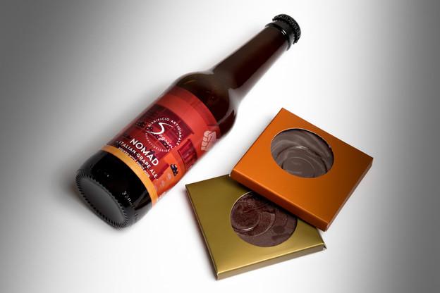 La bière Nomad2021, fruit d'une collaboration gourmande transfrontalière, est à déguster idéalement avec un excellent chocolat belge. (Photo: Romain Gamba/Maison Moderne)