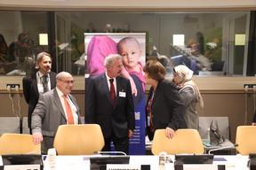 Le directeur général de l'Organisation internationale pour les migrations (OIM), Antonio Vitorino (à gauche) a évoqué au ministre les dernières tendances migratoires, notamment en Méditerranée. ((Photo: MAEE))