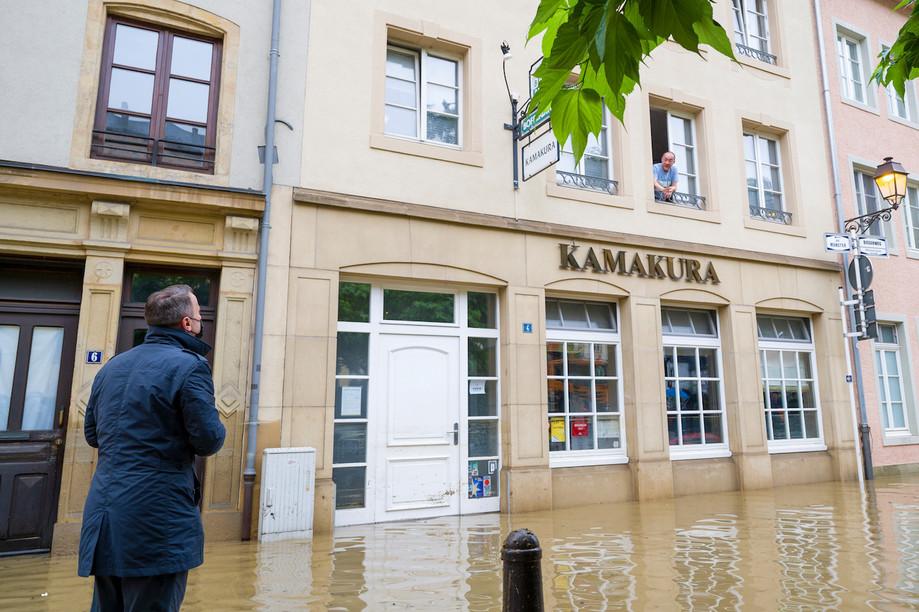 Prime minister Xavier Bettel talks with Kamakura owner Hajime   Miyamae during his visit to the flooded Grund on Thursday 15 July.  Photo: SIP / Jean-Christophe Verhaegen