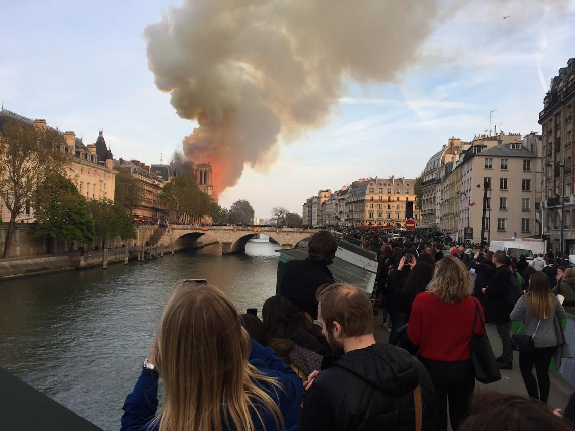 De nombreux habitants ont veillé toute la soirée. (Photo: Julien Rappeneau)