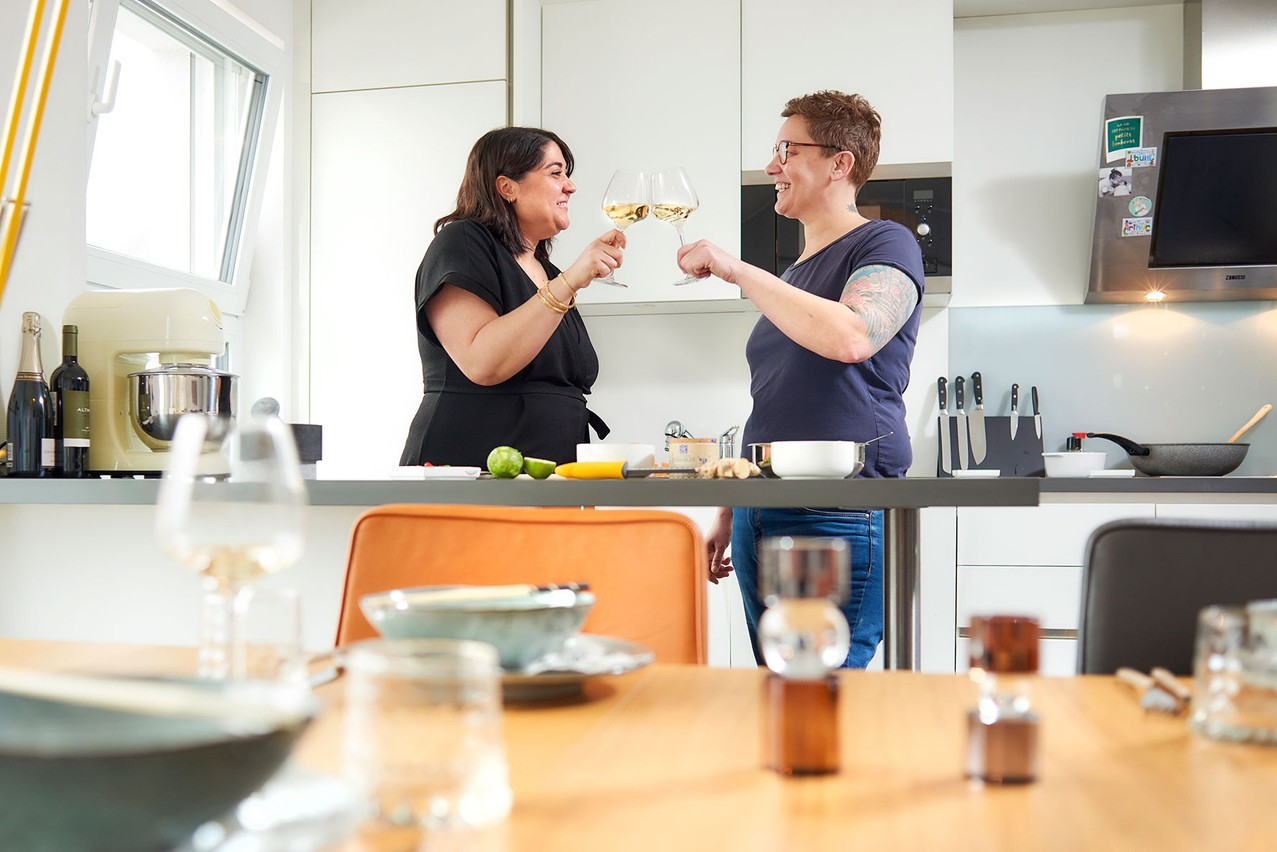 L'artiste Deborah Lehnen et son épouse Sandrine Mayer croisent woks et couteaux pour une recette mi-thaïe, mi-mauricienne. (Photo: Andrés Lejona / Maison Moderne)