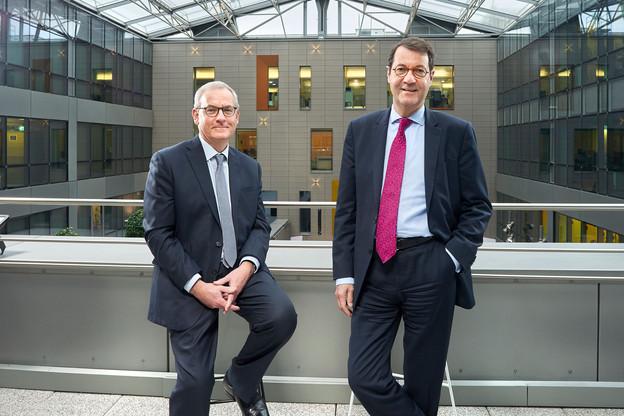 Bruno Houdmont et Bruno Colmant expliquent une part du succès de la banque par son modèle intégré. (Photo: Andrés Lejona/Maison Moderne)