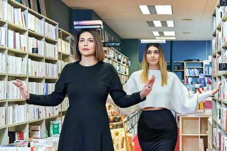 Au premier plan, Elmira Najafi, et au second plan, sa sœur Ava. (Photo: Andrés Lejona/Maison Moderne)