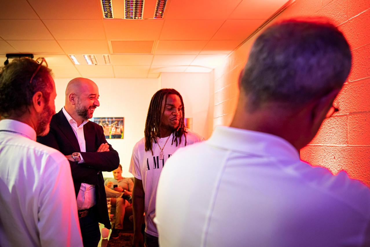 Après-match: Le président Lopez rencontre Renato Sanchez recruté cet été pour 20 millions d'euros. (Photo: Patricia Pitsch / Maison Moderne)