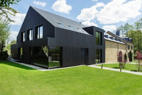 L'extension en bois présente un bardage noir continu sur les murs et les toits, une intervention résolument contemporaine qui dialogue avec l'ancien. ((Photo: Christian Aschman))