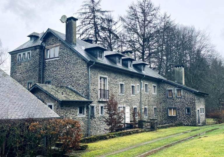 Le site du futur projet de Nicolas et Arthur Lhoist à Herbeumont est une bâtisse typique des Ardennes, sur les bords de la Semois. (Photo: DR)
