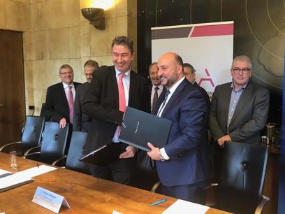 Christian Strasser, président de l'Aca, et Étienne Schneider, vice-Premier ministre et ministre de la Santé, ont signé cette convention ce mardi. (Photo: Maison Moderne/Archives)