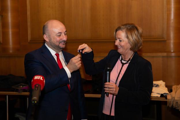 Étienne Schneider a confié la clé du bureau du ministre de la Santé (ainsi qu'un stéthoscope) à Paulette Lenert. (Photo: Romain Gamba / Maison Moderne)