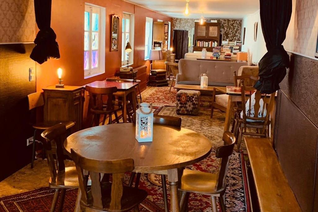 Quelques canapés confortables et meubles vintage chinés, et voilà la piste de quilles de la Bouneweger Stuff transformée pour l'hiver! (Photo: DR)