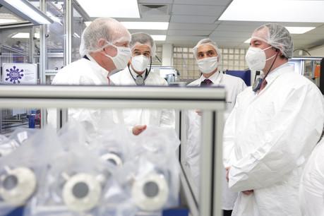 Rotarex et son CEO, Jean-ClaudeSchmitz (à gauche), ont récemment inauguré leur nouvelle ligne de production, en présence du ministre de l'Économie, FranzFayot, et du Grand-Duc héritier Guillaume. (Photo: SIP)