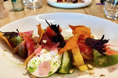 Parmi un choix d'entrées allant de 12 à 15€, cette déclinaison de tomates sur burrata. (Photo: Paperjam)