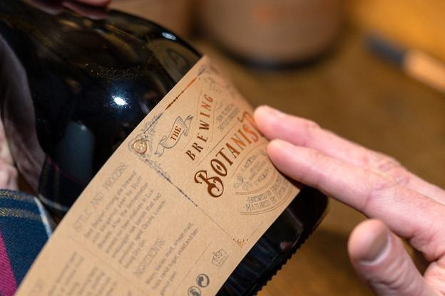 Pour le nouvel élixir signé Stuff Brauerei et Opyos, tout est fait et inscrit à la main:les numéros des bouteilles, le temps de vieillissement et la date d'embouteillage... (Photo: Oli Frisch)