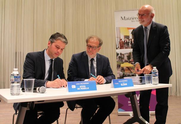 Julien Freyburger, président de Rives de Moselle, et Gabriel Giacometti, directeur de la clinique Claude-Bernard de Metz, ont signé ce lundi 19 août lecompromis de vente du terrain situé à Maizières-lès-Metz, pour un montant de 1,5 million d'euros. (Photo:@maizieres_metz / Twitter)
