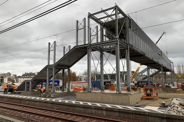 Provisoire, la nouvelle passerelle doit assurer le lien entre le quai5 de la gare et les quais bus des Rotondes. (Photo: Maison Moderne)