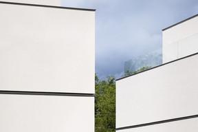 Les façades sont composées de larges parties pleines entrecoupées de lignes horizontales. ((Photo: Lukas Roth))