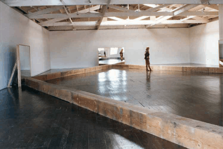 L'œuvre de Robert Morris (ici: Untitled–Portland Mirrors–, 1977. Installation at the Portland Center for the Visual Arts, Oregon, March 1977) fait l'objet d'une exposition au Mudam. (Photo: Castelli Gallery, New York)