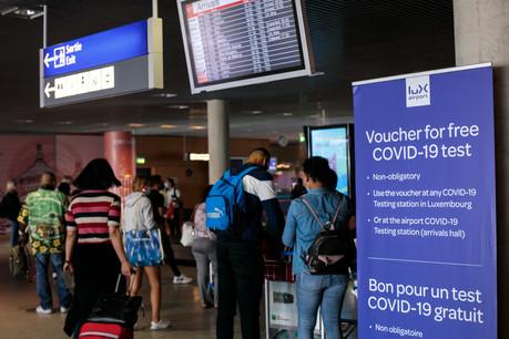 Un voyageur en provenance du Royaume-Uni doit se soumettre à un test Covid. À l'aéroport, le test sera pratiqué, à titre gratuit, au centre de test Covid-19. (Photo: Matic Zorman/Maison Moderne)