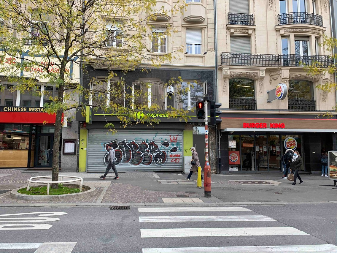 Carrefour Express,avenue de la Gare, a ses volets baissés depuis sept mois. (Photo: Maison Moderne)