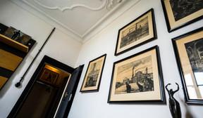 Plusieurs gravures évoquant l'univers des mines ornent les murs de la chambre «Tribute». ((Photo: Georges Waringo))