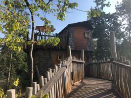 Pour atteindre les petites cabanes, il faut emprunter une passerelle en bois. ((Photo: Paperjam.lu))