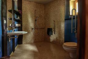 Une nuit d'aventure, mais pas trop non plus. Les cabanes restent très confortables avec des salles de bain spacieuses. ((Photo: Escher bamhaiser))
